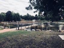 El hombre hizo el puente sobre el lago fotos de archivo