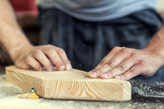 El hombre iguala una fresadora de la barra de madera Fotografía de archivo libre de regalías
