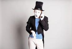 El hombre imita hablar en su teléfono celular Concepto del día del inocente Fotografía de archivo