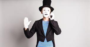 El hombre imita hablar en su teléfono celular Concepto del día del inocente Fotos de archivo