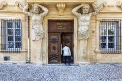 El hombre incorpora la corte comercial a Aix en Provence Fotografía de archivo