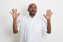 El hombre indio del negocio casual maduro consigue chocado Imagenes de archivo