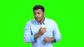 El hombre indio divertido se atusa antes de fecha almacen de metraje de vídeo