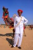El hombre indio que se colocaba con el suyo adornó el camello en el festival del desierto, Fotos de archivo libres de regalías