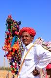 El hombre indio que se colocaba con el suyo adornó el camello en el festival del desierto, Imagen de archivo libre de regalías