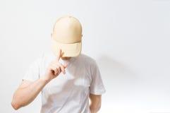 El hombre, individuo en la gorra de béisbol blanca, beige en blanco, en un blanco Fotografía de archivo libre de regalías
