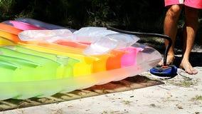 El hombre infla el colchón de aire para la reconstrucción almacen de video