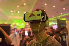 El hombre intenta las auriculares del engranaje VR de Samsung de la realidad virtual Imagen de archivo