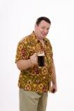 El hombre invita para comer una cerveza de malta de la bebida Imagen de archivo libre de regalías