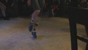 El hombre irlandés del bailarín realiza danza popular almacen de video