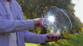 El hombre irreconocible muestra el holograma conceptual con el acceso del texto metrajes