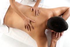 El hombre irreconocible que recibe masaje se relaja Foto de archivo