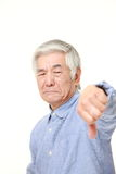 El hombre japonés mayor con los pulgares abajo gesticula Imagenes de archivo