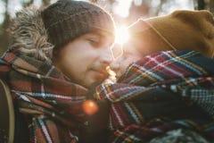 El hombre joven abraza a su novia en bosque del invierno Fotos de archivo