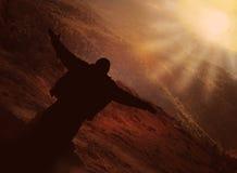 El hombre joven acoge con satisfacción el sol en montañas libre illustration