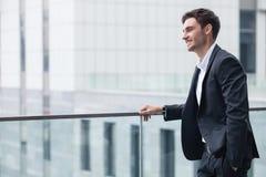 El hombre joven alegre en traje tiene una reunión de negocios Imagen de archivo