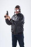 El hombre joven arrogante que sostenía un arma señaló hacia arriba fotografía de archivo libre de regalías