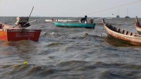 El hombre joven asiático tailandés retro común de las imágenes de vídeo 1920x1080 Longtail pesa verano gobernado ancla del mar ab almacen de metraje de vídeo