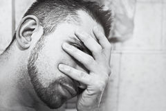 El hombre joven asume el control la ducha Imagen de archivo