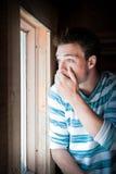 Hombre joven en la ventana Fotografía de archivo