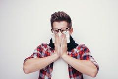 El hombre joven atractivo consiguió un frío Todos aislados en el fondo blanco Fotos de archivo