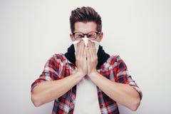 El hombre joven atractivo consiguió un frío Todos aislados en el fondo blanco Foto de archivo libre de regalías