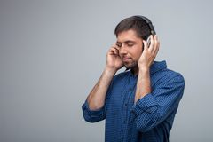 El hombre joven atractivo es relajante con los auriculares Fotografía de archivo libre de regalías
