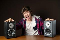 El hombre joven audiófilo escucha la música ruidosa de los altavoces f fotos de archivo libres de regalías