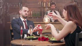 El hombre joven barbudo ofrece un anillo de diamante a su novia almacen de video
