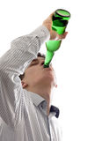 El hombre joven bebe una cerveza Imagenes de archivo