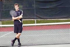 El hombre joven, brazos cruzó, raqueta de tenis Fotografía de archivo