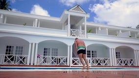 El hombre joven cae en piscina