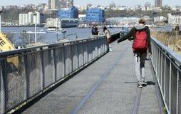 El hombre joven camina la línea Imagenes de archivo
