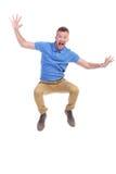 El hombre joven casual salta y grita Imagen de archivo libre de regalías