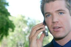 El hombre joven charla en el teléfono celular fotografía de archivo libre de regalías