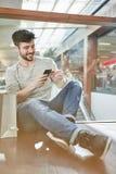 El hombre joven como cliente está haciendo compras en línea fotos de archivo libres de regalías