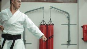 El hombre joven con el cuerpo musculoso, artes marciales de entrenamiento Goju-Ryu Karate-hace almacen de metraje de vídeo