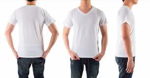 El hombre joven con la camisa blanca en blanco aisló el fondo blanco Imágenes de archivo libres de regalías