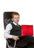 El hombre joven con la computadora portátil roja Imagen de archivo libre de regalías