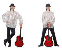 El hombre joven con la guitarra aislada en blanco fotografía de archivo libre de regalías