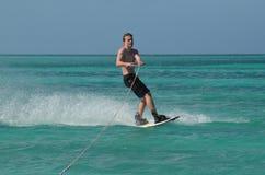 El hombre joven con nadada negra pone en cortocircuito Wakeboarding imagen de archivo