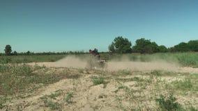 El hombre joven conduce ATV en círculos almacen de video