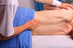 El hombre joven consigue detrás masaje Imágenes de archivo libres de regalías