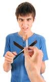 El hombre joven destruye un cigarrillo Foto de archivo