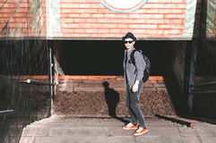 El hombre joven elegante va abajo de las escaleras al túnel Imagenes de archivo