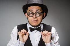 El hombre joven en chaleco y sombrero negros clásicos imagen de archivo