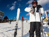 El hombre joven en gafas del esquí-traje, del casco y del esquí consigue un paso de t Fotografía de archivo