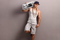 El hombre joven en hip-hop viste llevar un estéreo fotos de archivo