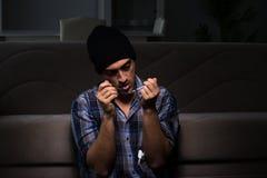 El hombre joven en la agonía que tiene problemas con el narcótico Fotografía de archivo libre de regalías