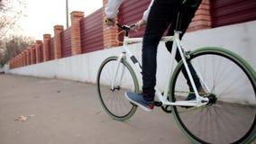 El hombre joven en la bici del deporte monta el carril urbano, deporte al aire libre activo, forma de vida de la salud almacen de video